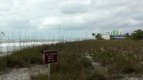 Nenhuma salva-vidas no sinal do dever na praia vazia, 4K video estoque