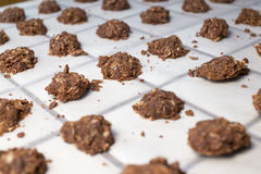 Nenhumas cookies preparadas crus cozidas com a torta desarrumado quebrada do Crumble fotografia de stock royalty free