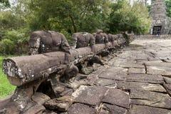 Nenhumas estátuas de pedra principais que guardam um trilho de mão sobre uma ponte fotografia de stock