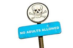 Nenhuns adultos permitidos o sinal Foto de Stock