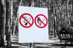 Nenhuns do fogo sinais não fumadores e Fotografia de Stock