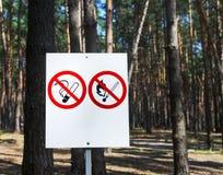Nenhuns do fogo sinais não fumadores e Foto de Stock Royalty Free