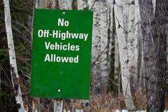 Nenhuns fora veículos da estrada permitidos o sinal Imagens de Stock