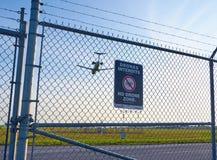 Nenhuns sinal e avião da zona dos zangões Imagens de Stock Royalty Free
