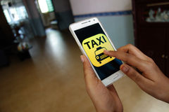 Nennen des Taxiservices Stockfoto