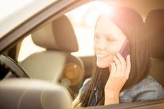 Nennen des Telefons beim Fahren des Autos Stockbilder