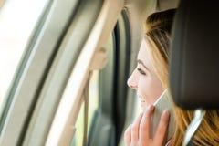 Nennen des Telefons im Auto Stockfoto