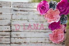 Nennen Sie Diana auf Zaun nahe bei Blumen Lizenzfreies Stockbild