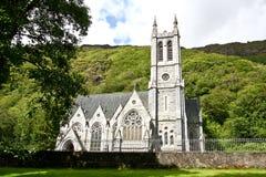 Neo-gotisk kyrka på det Kylemore godset som är västra av Irland Arkivfoton