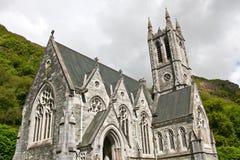Neo-gotisk kyrka på det Kylemore godset som är västra av Irland Royaltyfri Fotografi