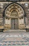 Neo-gotisk portal, kyrkliga Peter& Paul Prague Arkivfoton