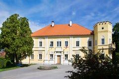 Neo-gotisk slott från 1650, stad Petrovice, central bohemisk region, Tjeckien arkivbild