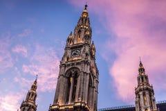Neo-gotiskt Rathaus klockatorn i Wien arkivfoto