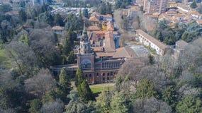 Neo-gotiskt torn av Desio, panoramautsikten, den flyg- sikten, Desio, Monza och Brianza, Milan, Italien royaltyfria bilder