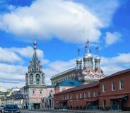 Neocaesare圣格雷戈里教会在Derbitsa,莫斯科 在天空的圆顶 免版税库存照片