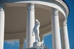 Neoclassic architecturale details van gebouwen: een rotonde met kolommen en een standbeeld royalty-vrije stock afbeeldingen
