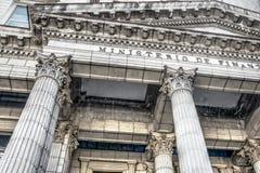 Neoclassic arkitekturbyggnad med kolonner royaltyfri fotografi