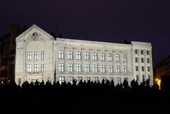 Neoklassisches Gebäude in Riga nachts Lizenzfreie Stockfotos
