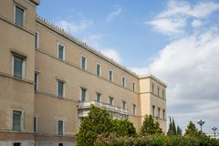 Neoklassisches griechisches Parlamentsgebäude in der Mitte der Stadt von Athen an einem sonnigen Tag, Tapete Lizenzfreies Stockbild