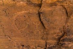 Neolithische rotstekeningen op de Koningin Victoria Rock dichtbij Riyadh stock afbeelding