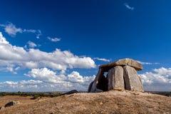Neolitiska 5000 åriga Anta gör den Tapadao dolmen från megalitisk kultur royaltyfri foto
