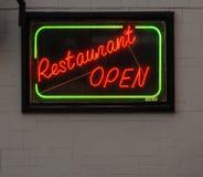 Neon öppet' tecken 'för restaurang Arkivbilder