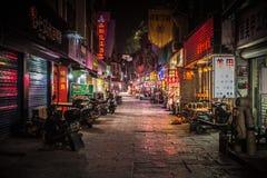 Neon-aangestoken backstreet hoogtepunt van lokale winkels laat bij nacht in Yangshuo China Royalty-vrije Stock Foto