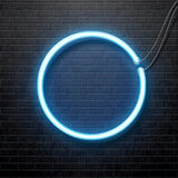 Neon blauwe die cirkel op zwarte bakstenen muur wordt geïsoleerd Royalty-vrije Stock Afbeelding