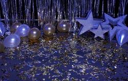 Neon blauwe feestelijke die achtergrond met ballons, sterren en confettien door gekleurde lantaarns worden verlicht stock fotografie