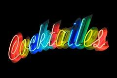 Neon, das Cocktails bekanntmacht Stockbilder
