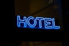 Neon del segno dell'hotel sulla parete Fotografia Stock