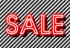 Neon del segno di vendita sul fondo delle strisce Fotografia Stock