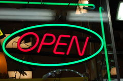 Neon-geöffnetes Zeichen Stockfotografie