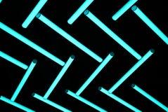 Neon-ligh Birne im dunklen Hintergrund stockbild