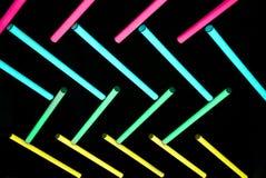 Neon-ligh Birne im dunklen Hintergrund lizenzfreie stockfotografie