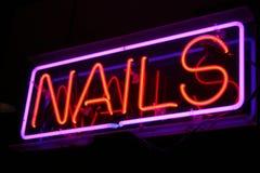 Neon nagelt Zeichen Stockbilder