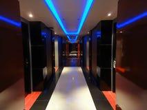 Neon tänt modernt hotellhall Arkivbilder