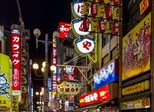 Neon und Anschlagtafeln im Dotombori-Unterhaltungsbezirk, Osaka, Stockbilder