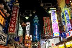 Neonannonseringarna Shinsekai är teatrar och restauranger, a arkivbild