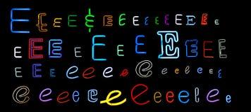 Neonansammlung des zeichens E Stockfoto