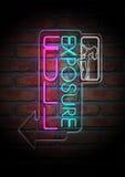 Neonarbeitswalze-Zeichen auf einer Gesichts-Backsteinmauer Lizenzfreie Stockfotografie