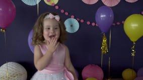 Neonata abbastanza piccola che ride e che soffia un bacio sulla sua festa di compleanno stock footage