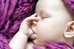 Neonata addormentata Immagini Stock