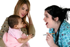 Neonata adorabile che ottiene controllo di sanità. immagine stock libera da diritti
