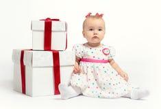 Neonata adorabile con due contenitori di regalo immagine stock libera da diritti