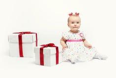 Neonata adorabile con due contenitori di regalo fotografie stock libere da diritti