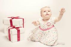 Neonata adorabile con due contenitori di regalo fotografia stock libera da diritti