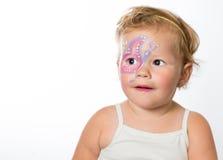 Neonata adorabile con le pitture sul suo fronte di una farfalla fotografia stock libera da diritti