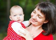 Neonata adorabile e sua madre fotografia stock libera da diritti