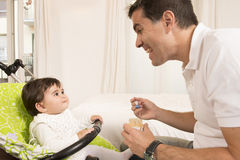 Neonata adorabile sveglia di Feeding del padre Fotografia Stock